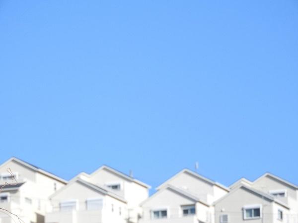 青空と丘の住宅の画像