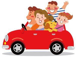 車でドライブする家族とイヌ