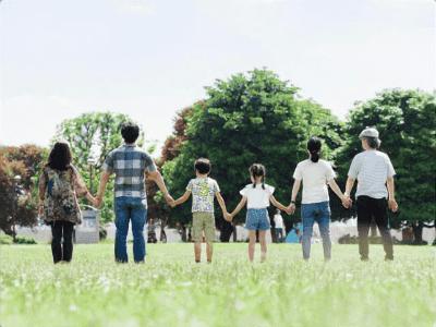 公園で並ぶ三世代家族