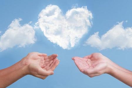 ハート形の雲と二人の手