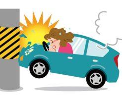 電柱に衝突した車と女性ドライバー