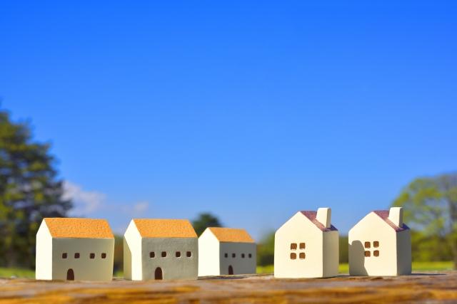 建物の模型と青空