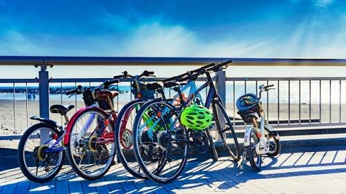 海岸の柵の前に置かれた家族の自転車
